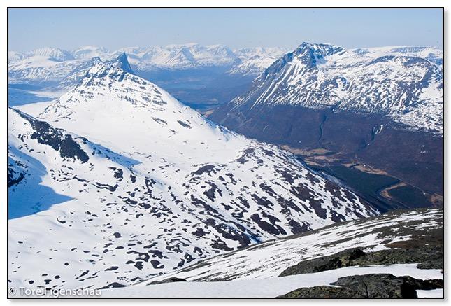6. mai 2006. Utsikt fra toppen av Vassdalstinden mot Storfjorden og Lyngsalpan.