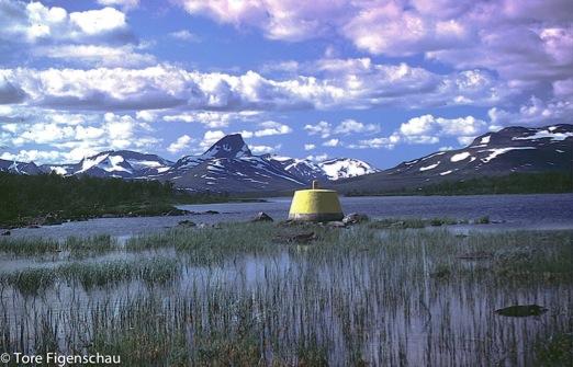 Ved Treriksrøysa, der Sverige, Finland og Norge møtes. i bakgrunnen Parastinden.